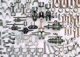 半自動機の加工機を一人で多台持ちし、工数削減と少量多品種に対応した荒加工ライン