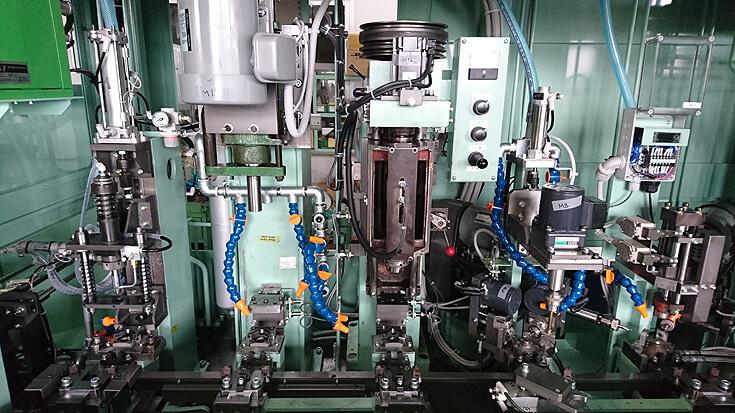 独自に開発した油穴加工、ホーニング、バニッシング工程を組込んだミニトランスファーマシン