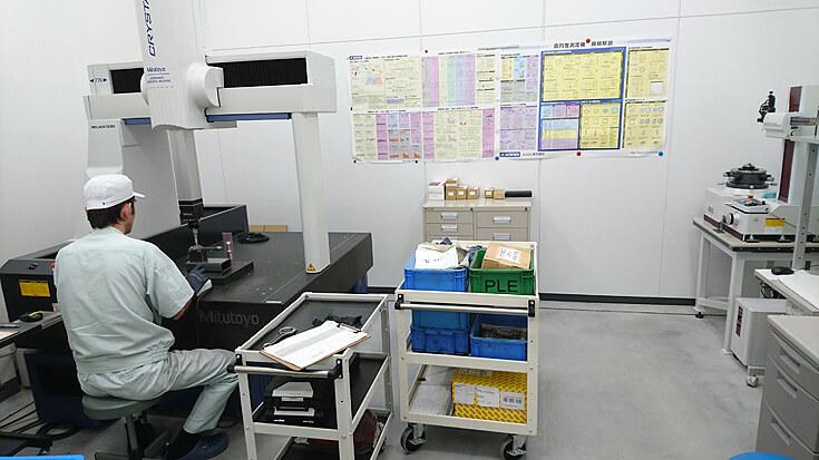 コンロッドの測定の他、それ以外の部品や治具類の測定を行う三次元測定器