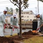 令和元年11月27日に創業100周年の記念植樹として、花言葉が「前途洋々」のタイサンボクの木を植樹し、未来が開かれることを願いました。