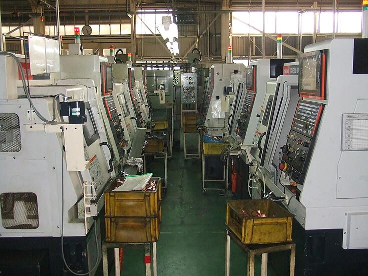 NC加工機を一人で多台持ちし、少量多品種に対応した荒加工ライン