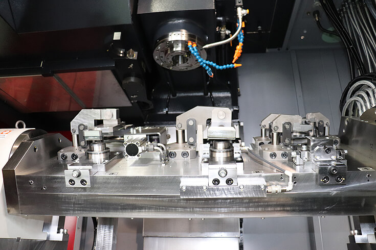 大型機種の荒加工に対応したマシニングセンター上の回転テーブルと治具