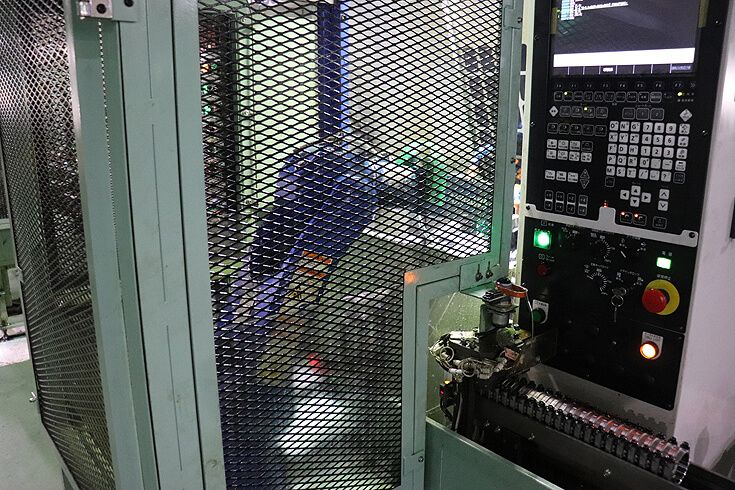 将来はIOTで品質と数量管理を行うロボット付単体機ライン