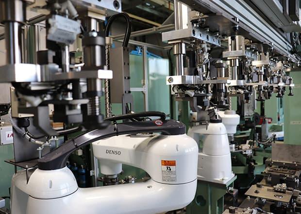社内で使用する各種専用機の組立中の様子