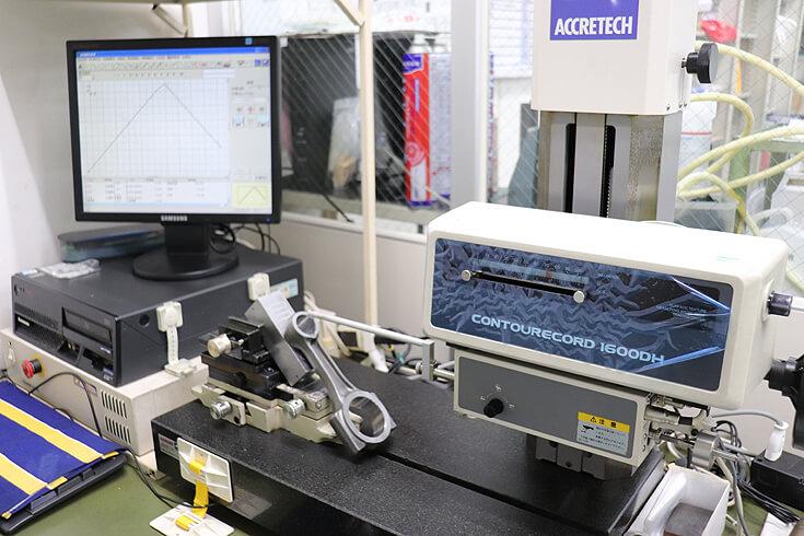 形状測定器にて割型コンロッド小端面取形状を測定